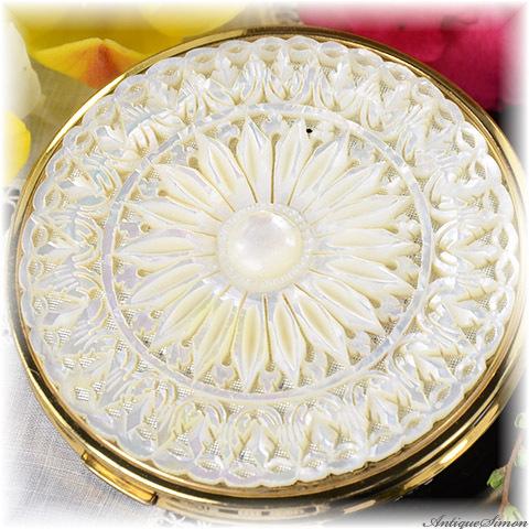 英国 MELISSA 驚異的な透かし彫りの一点物 美術品マザーオブパール最高技術の手彫り 菊花模様 メリッサ 極上美品コンパクト