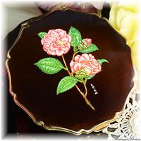 ストラットン Stratton 未使用パーフェクト 特注新品ミラー 絹目調仕上げ 深みのある色調 茶紫色も秘めた黒色 ピンクのバラ ERIKA お粉プレスト両用 クイーンタイプ コンパクト 薔薇
