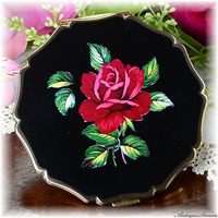 ストラットン Stratton 未使用パーフェクト 特注新品ミラー 真紅の大輪バラ 花の香気 葉の表現もみごと 黒エナメルに映えるシックな薔薇 お粉プレスト両用 クイーンタイプ コンパクト