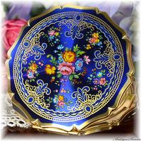ストラットン Stratton 未使用極上美品 特注新品ミラー 天面は素晴らしい状態 レア 青色ガーランド 花綱模様 神秘的なロイヤルブルー 旭光 お粉プレスト両用 クイーンタイプ コンパクト