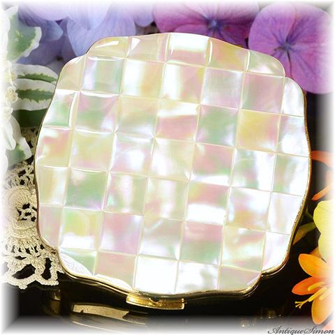 英国メリッサ MELISSA 極上美品 特注新品ミラー 虹色の真珠光沢 45枚の天然マザーオブパール 精確な作り みごとな面取り お粉プレスト両用 上質で美しいコンパクト