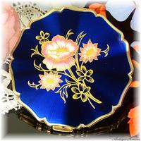 ストラットン Stratton 未使用パーフェクト 特注新品ミラー 金彩とサーモンピンクの可憐な花 ロイヤルブルー旭光エナメル 植物模様 高性能セルフオープニング プリンセスタイプ お粉用コンパクト