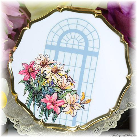 ストラットン Stratton 未使用パーフェクト 特注新品ミラー ユリの花束 降りそそぐ日差し 清楚な白エナメル ストーリー性に富むデザイン お粉プレスト両用 クイーンタイプ コンパクト