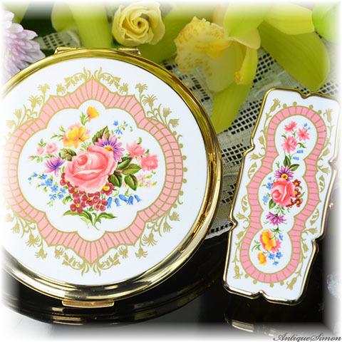 ストラットン Stratton 2点とも未使用パーフェクト コンパクトは特注新品ミラー 金彩スイートなベビーピンク薔薇の花束 ドレスデンスプレイ 白エナメル コンバーチブルお粉プレスト両用リップビュー