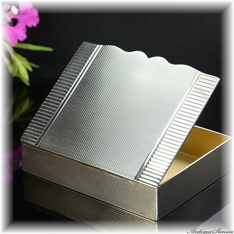 1954年 純銀シルバー925 スタイリッシュなボックス 見事な精度の全面エンジンターン彫金 ギヨシェ アンティーク小物入れ 内部は金色 ピルボックス 宝石入れ スターリングシルバー