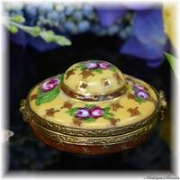 リモージュ フランス製の陶磁器ケース 楽しいコレクション 絵付けも金彩もハンドペイント 帽子デザイン 宝石入れ ミニサイズ 指輪やピアスなどに リボン 夏の思い出 味わい深い絵付け