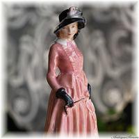 ロイヤルドルトン ROYAL DOULTON 古いフィギュリン シックなダークサーモン色 Maureen 1936年~1959年の製造 HN1770 希少フィギュリン 柔らかい質感の羽根飾り
