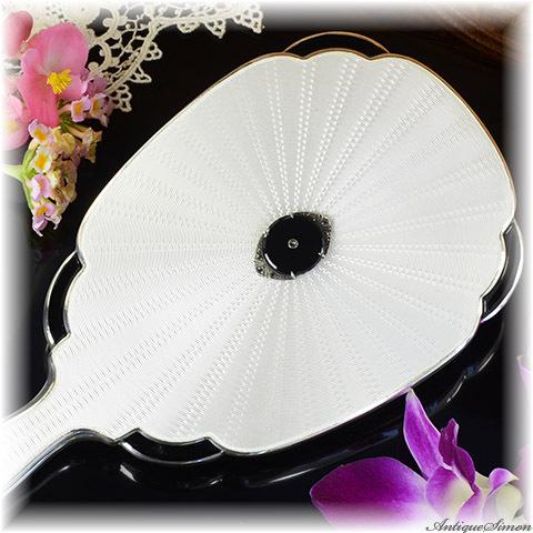 英国1936年 純銀ギヨシェとシルバー925 モノトーンから生まれる華やかさ ガラス釉薬の透明感スターリングシルバー優美なバランス 逸品ハンドミラー Guilloche ドレッサーに格別の空気を 手鏡