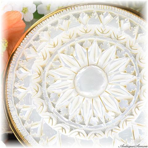英国メリッサ MELISSA 未使用品 特注新品ミラー 驚異的な透かし彫り 菊花模様 マーガレット 分厚い白蝶貝マザーオブパール 一枚のまま 美術品 最高技術の手彫り お粉用コンパクト
