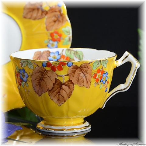 エインズレイ AYNSLEY 優雅で力強い美しさ 陽気なイエロー 茶色の奥行き感 生地に花びらのレリーフ 丹念なハンドペイント 手描き カップ&ソーサー 1931年~1934年