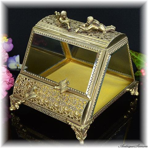 キューピッドと鳥の贅沢なオブジェ 透かし細工の宝石箱 ガラス扉にも楽しい工夫 めずらしい台形 重厚な飾り べルベット仕上げ 極上美品 愛らしいフォルム 天使 ジュエリーボックス 宝石入れ 小物入れに