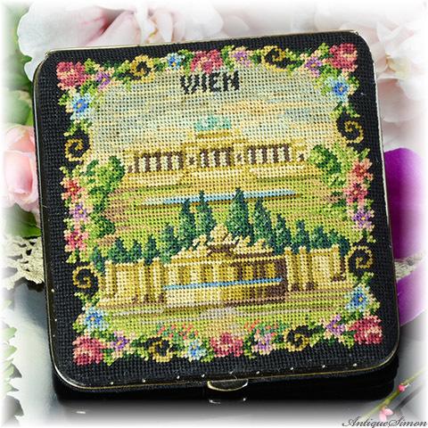 総プチポワン 未使用極上美品 特注新品ミラー ウィーンのシェーンブルン宮殿 Petit Point 絵画的な図案 1950年代 ヨーロッパの香気 天面のすべてがプチポワン刺繍 コンパクト 手鏡