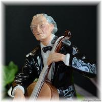 ロイヤルドルトン ROYAL DOULTON フィギュリン チェロ奏者 Cellist 1959年以降 音楽家の高まる情熱 HN2226 希少フィギュリン インパクトある黒 見所のある着彩
