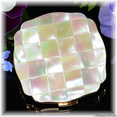 英国メリッサ MELISSA 未使用ほぼパーフェクト 特注新品ミラー 虹色の真珠光沢 36枚の天然マザーオブパール 精確な作り みごとな面取り お粉プレスト両用 おまけのお揃いのリップ付き