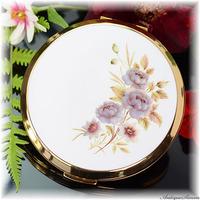 ストラットン Stratton 未使用ほぼパーフェクト 鏡も大変良好 清楚な白エナメル 淡い色合い 紫色のシックな花 上品で愛着のわくデザイン お粉プレスト両用 ミニ・コンバーチブル コンパクトミラー
