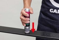 使用方法2:滑走面に押しあて、ワックスを出す。