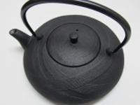 南部鉄急須平型おび0.6L茶こしが付いてます