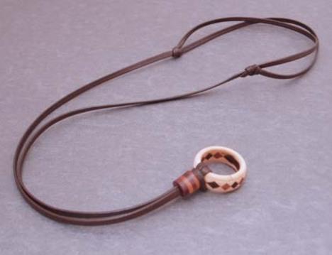 結婚指輪をネックレスにする革紐