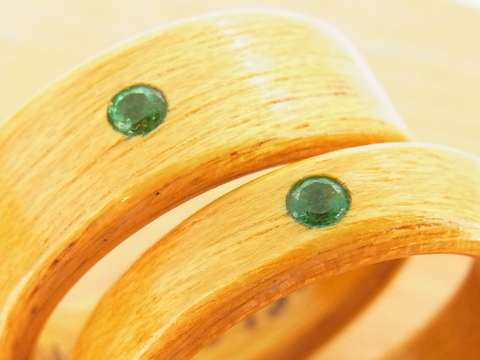 エメラルドを入れた木の指輪