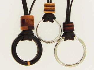 指輪をネックレスにする革ひも