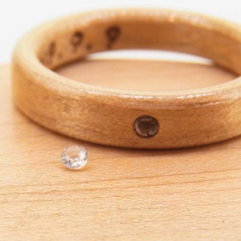 3月の誕生石アクアマリンの木の指輪